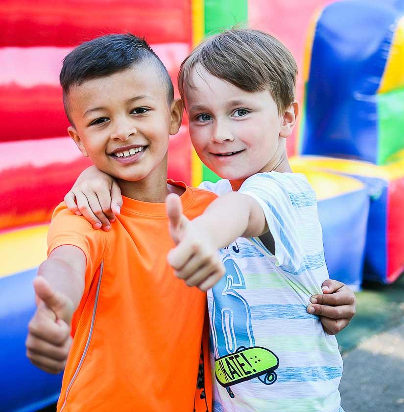 Jungen auf dem Feriencamp